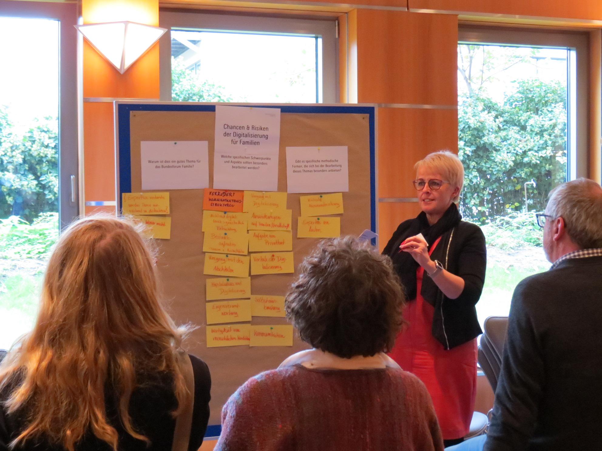 Die Teilnehmende diskutieren an Thementischen.